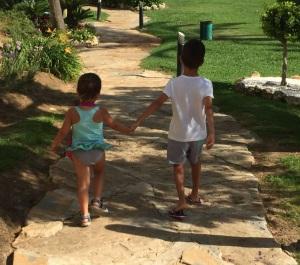 Niños Roto y Descosido caminando